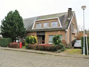 Residentieel gelegen stadswoning (H.O.B.) met gezellige tuin en afzonderlijke garage, op 4a 85ca. Deze woning omvat: kelder; gelijkvloers met inkomhal