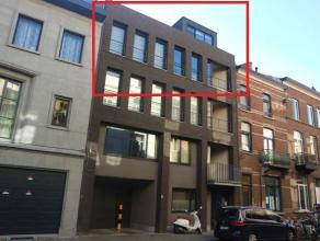 Modern, duplex-penthouse met drie slaapkamers en twee terrassen in een kleinschalig appartementsgebouw in het hartje van Leuven. Het appartement is ge