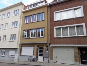 Leuk gerenoveerd, gelijkvloers appartement met 1 slaapkamer en binnenkoer/terras met privé ingang via de Constantein Meunierstraat. Dit apparte
