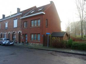 In een doodlopende zijstraat van de Désiré Mellaertsstraat vindt u deze charmante woning (halfopen bebouwing) met 3 slaapkamers en tuin.
