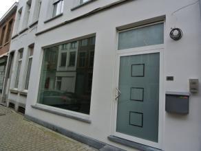 Te huur mooie kantoor-/handelsruimte, ca 83 m², met veel lichtinval in het centrum van Mechelen.<br /> Achteraan in de ruimte werd een kitchenett