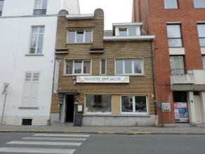Goed onderhouden opbrengsteigendom bestaande uit een restaurant, twee kamers, twee studio's en een flat gelegen aan het historische Sint-Jacobsplein i