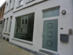 Te huur mooie kantoor-/handelsruimte, ca 83 m², met veel lichtinval in het centrum van Mechelen. Achteraan in de ruimte werd een kitchenette en a