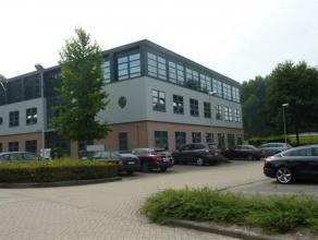 Mooie kantoren van 435m² te huur in Mechelen-Noord, gelegen nabij E19 en dus met een goede bereikbaarheid vanuit Antwerpen en Brussel. Openbaar v