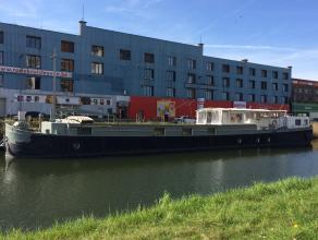 """Op zoek naar een originele """"woning/kantoor"""" op wandelafstand van het centrum, met tal van exploitatiemogelijkheden? Deze gerenoveerde woonboot met lig"""