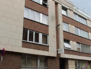 Deels gerenoveerd appartement met twee slaapkamers in hartje Leuven. Dit appartement bestaat uit een inkomhal, een ruime, lichtrijke living met toegan