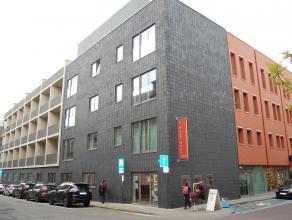 Moderne en ruime studio met aparte slaapruimte in residentie 't Rood Huys! Via de inkomhal dewelke volledig voorzien is van inbouwkasten, heeft u toeg