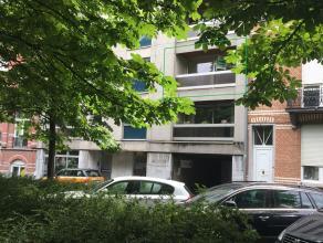 Uiterst gunstig gelegen appartement met twee slaapkamers op de Leuvense ring. Het appartement is gelegen op de tweede verdieping en bestaat uit een in