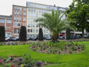 Zeer ruim, charmant appartement met authentieke parketvloeren en hoge plafonds in hartje Leuven. Dit appartement bestaat uit een inkomhal met toegang