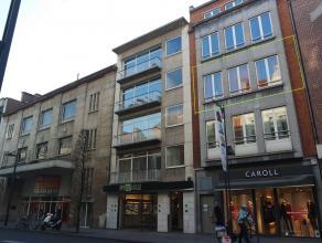 Zeer goed gelegen appartement op de Bondgenotenlaan in het centrum van Leuven. Het appartement bestaat uit een inkom met vestiairekast, kleine berging