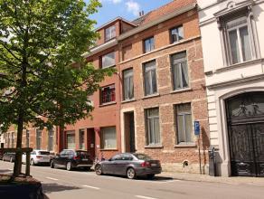Charmant duplex-appartement met één slaapkamer in hartje Leuven! Via de inkomhal komt u de leefruimte met hoge plafonds en houten balken