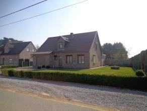 KOERSEL : Zeer mooie villa uit 1986 in zeer goede staat met een grote zonovergoten tuin. Grondoppervlakte 12a13ca.<br /> De woning bestaat op het geli