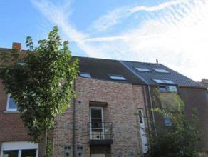Zeer ruim, energiezuinig (EPC: 131 kWh/m²!) triplex appartement met 2 slaapkamers. Indeling: private inkomhal, eetplaats met open ingerichte keuk