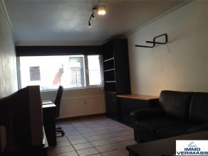 Op 200 meter van de Vismarkt, goed gelegen 1 slaapkamer flat op het gelijkvloers. Indeling: woonkamer, kitchenette (2 kookplaten, dampkap, spoelbak en