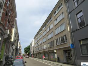 Beschikbaar op 01/10 - Available on 01/10! Prachtig gerenoveerd appartement met 2 ruime slaapkamers, aparte bureelruimte in hartje Leuven en terras. I