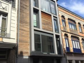Dit uiterst gezellig duplexappartement in het centrum van Blankenberge is gelegen op de vierde verdieping van een residentie. Het appartement werd afg