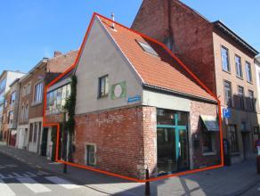 Rustiek en charmant handelspand met woonst (met afzonderlijke toegang) gelegen op de hoek van een druk kruispunt (Tiensestraat - Burgemeestersstraat).