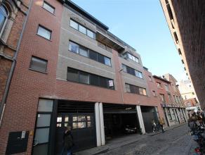 Prachtig 2-slaapkamerappartement gelegen in het volle centrum van Leuven.<br /> <br /> Bestaande uit een ruime inkomhal, leefruimte met open keuken, 2