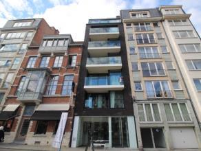 Mooi en sfeervol appartement, gelegen op het Herbert Hooverplein in Leuven. Het appartement bevat twee slaapkamers, een living, een open keuken en een