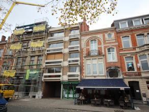 Ladeuzeplein, te renoveren gelijkvloers appartement met groot terras in volle stadscentrum !  Indeling met hall, toilet, living, keuken, badkamer, sla