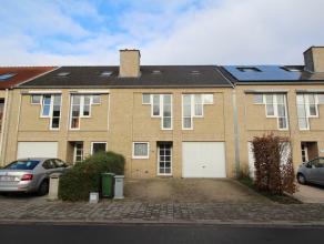 Ruime woning met 4 slaapkamers, bureau en garage in rustige woonwijk te Kessel-Lo.<br /> Bestaande uit een inkomhal met een apart toilet, een ruime li