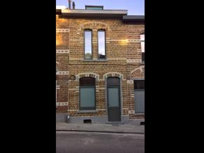 Zeer mooie, gezellige en pas gerenoveerde woning te huur in Leuven! <br /> <br /> Deze woning bestaat uit een zeer ruime leefruimte met open en volled