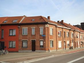 Ruime op te frissen gezinswoning op hoeklocatie nabij Kruidtuin. Indeling met leefruimte, aparte keuken, bureel, 4 slaapkamers waarvan grote zolderkam