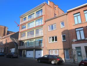 Op te frissen, ruim en zeer goed gelegen appartement op de 3de verdieping omvattende : inkomhal, grote living met eetplaats, ruime keuken, apart gaste