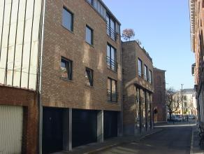 Dit appartement is gelegen vlakbij de Vismarkt en is zeer centraal gelegen. <br /> <br /> Bestaande uit een ruime woonkamer, twee slaapkamers, een bad