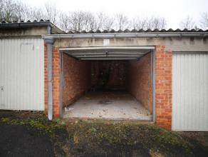 Garagebox met poort, achterin gelegen ter hoogte van huisnummer 86.