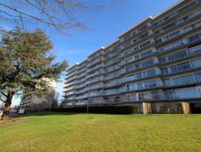 Ruim appartement met 3 slaapkamers, kelder, garagebox en ruim terras (37m²) dat het appartement ontsluit met prachtig vergezicht over Leuven.<br