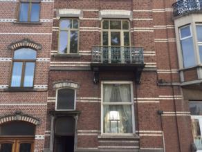 Deze ruime burgerwoning kan dienen als woonst in combinatie met vrij beroep/kantoor of als woonst met aparte studio. De woning beschikt over een zuid