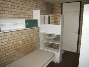 hambre meublée de 10,5 m² dans communautaire de 8 situé au rdc. Chambre : en tapis-plain, avec frigo, prise internet, orient&eacute