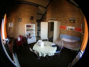 Studio meublé vintage d'une superficie d'environ 29m² situé à l'étage 4/4 côté rue. Séjour avec t