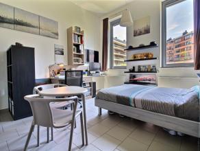 Studio moderne meublé pour d'environ 30m² situé au rdc côté cour paysagère. Séjour avec carrelage, cuisi