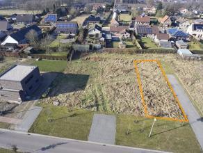 Omschrijving Deze betaalbare bouwgrond voor half open open bebouwing op een perceel van 4a32ca, is gelegen in een zeer kindvriendelijke verkaveling op