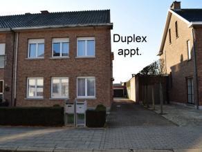 Volwaardig duplex appartement. Op het 1ste verdieping bevindt zich een woonkamer met laminaat - recente keuken - berging/wasplaas - 2 slpkrs (14m&sup2