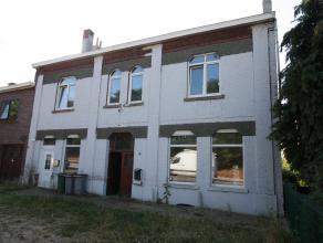 Handelspand met ruim appartement met aparte inkom, 5 slpk.parking en garages met uitgang op de Pleinstraat.<br /> 2 erkende huisnummers. nr.130 en 130