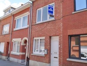 Rijwoning gelegen, in een doodlopende straat, op wandelafstand van de het station Leuven en centrum. <br /> <br /> De woning omvat op het gelijkvloers