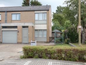 Rustig gelegen woning met 3 slaapkamers, garage en tuin.<br /> Type Half open bebouwing, gelegen nabij warenhuizen Carrefour en andere. <br /> Overal