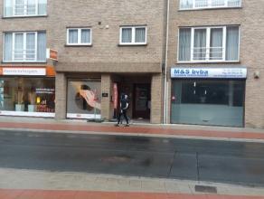 Dit handelspand is gelegen langs een drukke invalsweg naar Gent. Het heeft een oppervlakte van 100 m2 en etalage van 6 m. Dit pand beschikt over een k