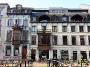 Dit appartement is gelegen aan de Ajuinlei in een prachtig majestueus pand. Het werd in 1997 volledig gerenoveerd en bestaat uit een ruime living met