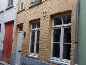 Deze gerenoveerde woning is gelegen nabij Onderbergen, Oude Houtlei,... pal in het historisch centrum in een verkeersvrij straat. Het pand bevat tal v
