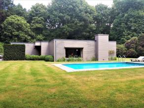 Deze villa ligt in een residentiele wijk midden van een prachtig groene omgeving. Bebouwde oppervlakte 420m², opp terrein 2.750m². Woning be
