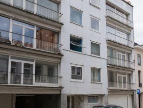 Ruim op te frissen appartement gelegen in Residentie PAX op derde verdieping. Het appartement heeft een lichtrijke L-vormige leefruimte, een gesloten