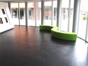 Deze handels- of kantoorruimte met een goede zichtbaarheid is gelegen op de gelijkvloerse verdieping van de nieuwbouw residentie Rozenhof.  Dit hoekpa