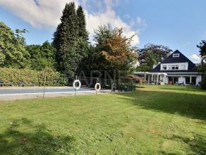 Dans un des quartiers les plus recherchés d'Uccle, villa 4 façades avec piscine clôturée sur un terrain de 17 ares se compo