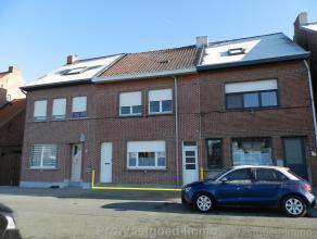 Te renoveren woning met zonnige tuin in een rustige straat nabij het kanaal. Op het gelijkvloers is er een eetkamer en een leefruimte met zicht op het