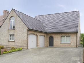 """Henk en Sabine gaan dichter bij hun zaak wonen en verkopen daarom hun villa in de """"Zonne-wijk"""" te Kortrijk.<br /> <br /> 280m2 bruikbare woonoppervlak"""