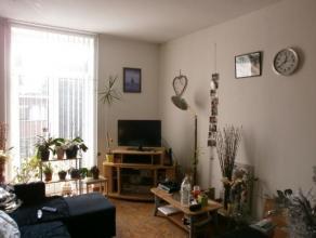 Bel appartement au 1er étage d'un immeuble de 2 étages de style ancien comprenant séjour, cuisine équipée (plaqes &